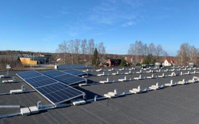 Solceller installeras på teknikhusets tak