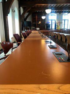 De tafels van het schepenhuis waar de gemeenteraad is