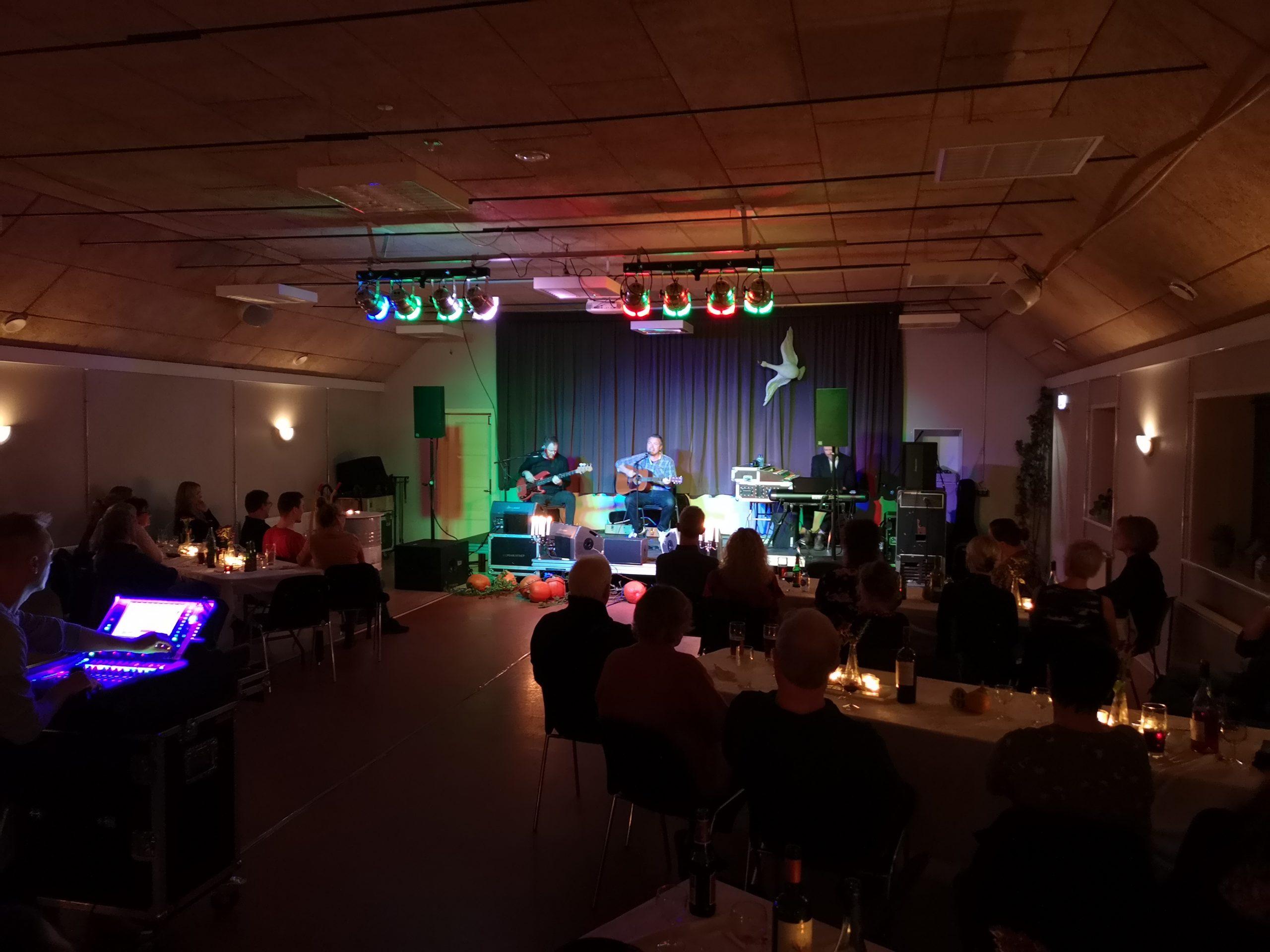 Nøhr-trio festede med forsamlingshusets gæster