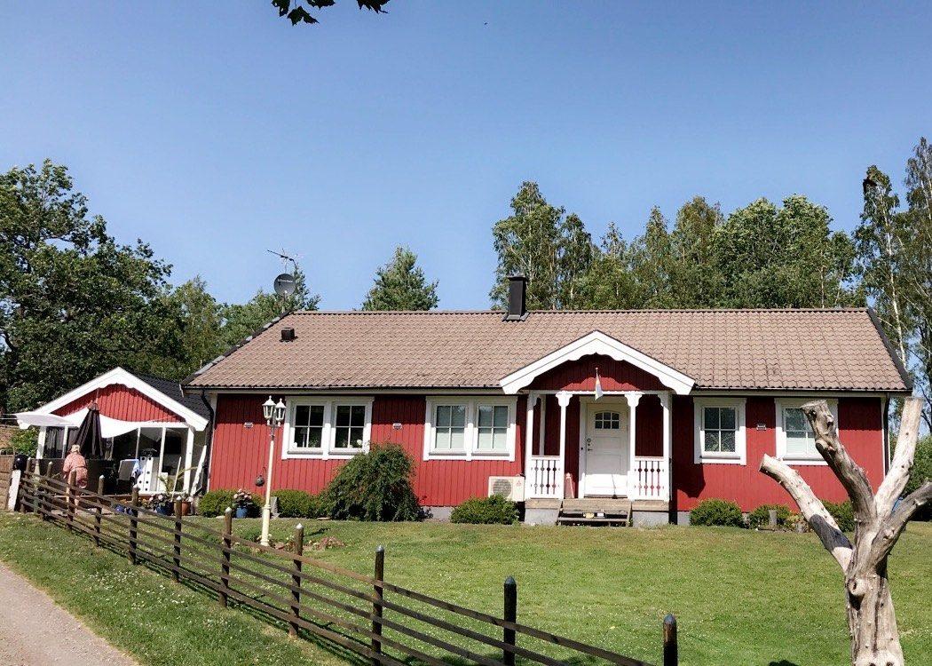 Rött hus efter fasadtvätt