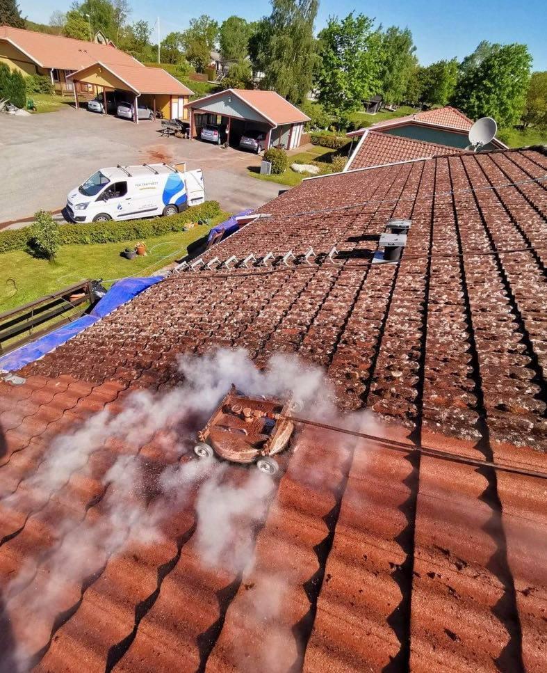 Pågående taktvätt på hustak