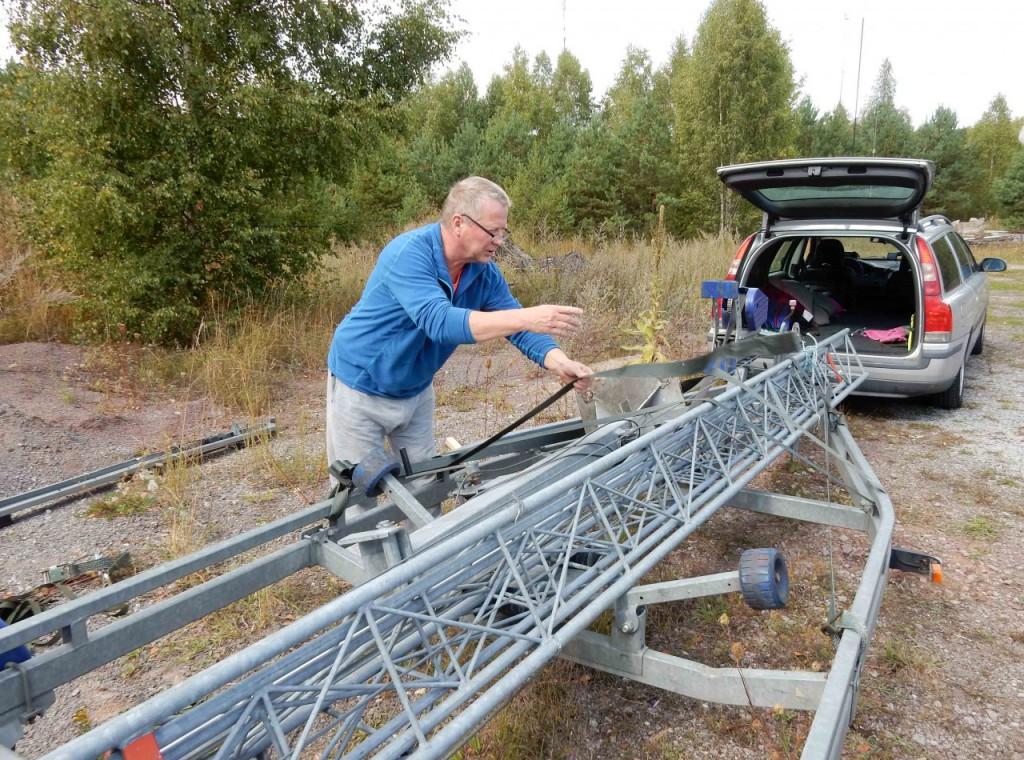 Roland SM6IPL surrar masten före transporten från Böda DSCN0196