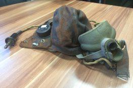 1802_1_Foto 1, Vlieger-cap en masker.jpg|1802_2_Foto 2, Cap en masker in vitrine.jpg|1802_3_Foto 3, Service dress.jpg
