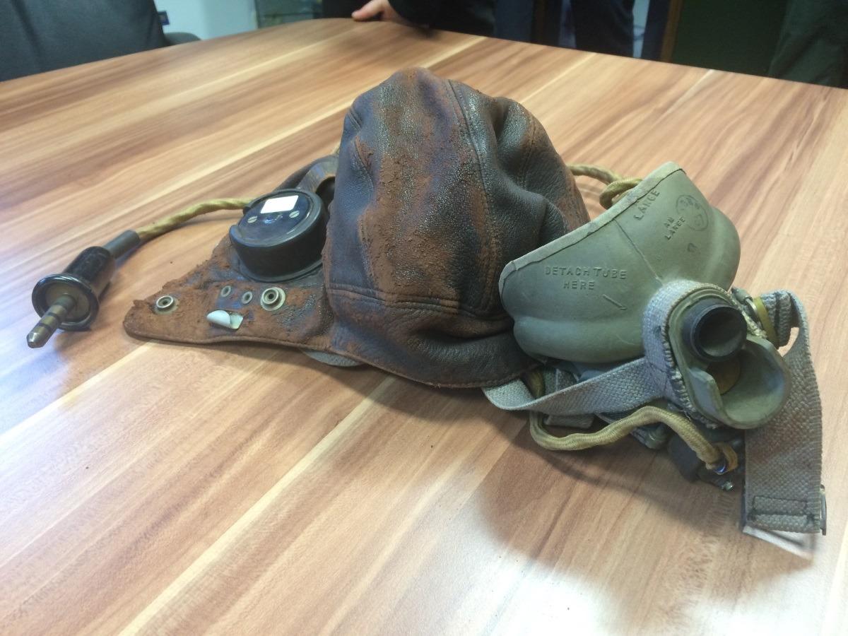 1802_1_Foto 1, Vlieger-cap en masker.jpg 1802_2_Foto 2, Cap en masker in vitrine.jpg 1802_3_Foto 3, Service dress.jpg
