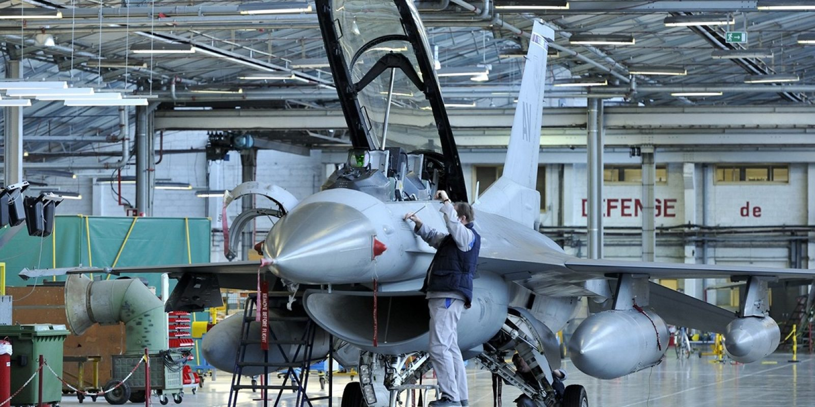 SABCA est très fière d'être le seul fournisseur européen de services MRO-U au niveau « depot level » pour les F-16 de l'US Air Force. Un F-16DG du 31 Fighter Wing d'Aviano est ici photographié en travaux dans les hangars carolorégiens. (Photo SABCA)
