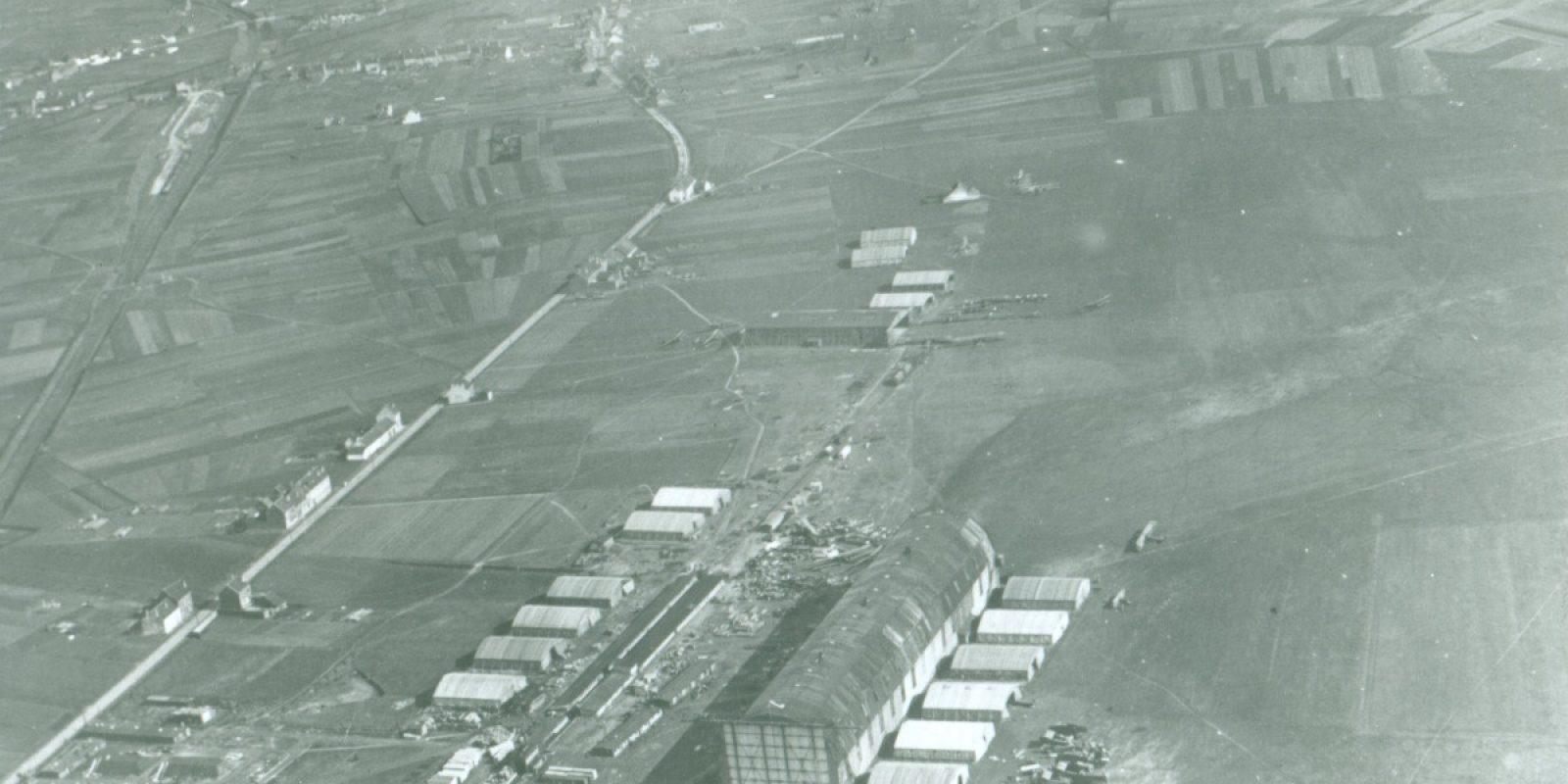 Luchtfoto van Haren-Evere, op 18 maart 1919 genomen door het duo piloot luitenant Jean Van Cotthem en waarnemer luitenant Jean Stampe. Links de Haachtsesteenweg. Merk de zeppelinloods en de houten vliegtuigloods. Overal liggen resten van Duitse militaire vliegtuigen. Dit is ongeveer wat de piloten en reizigers van de eerste burgervluchten naar Brussel moeten gezien hebben tijdens hun landing op Haren-Evere. (Archief Frans Van Humbeek)