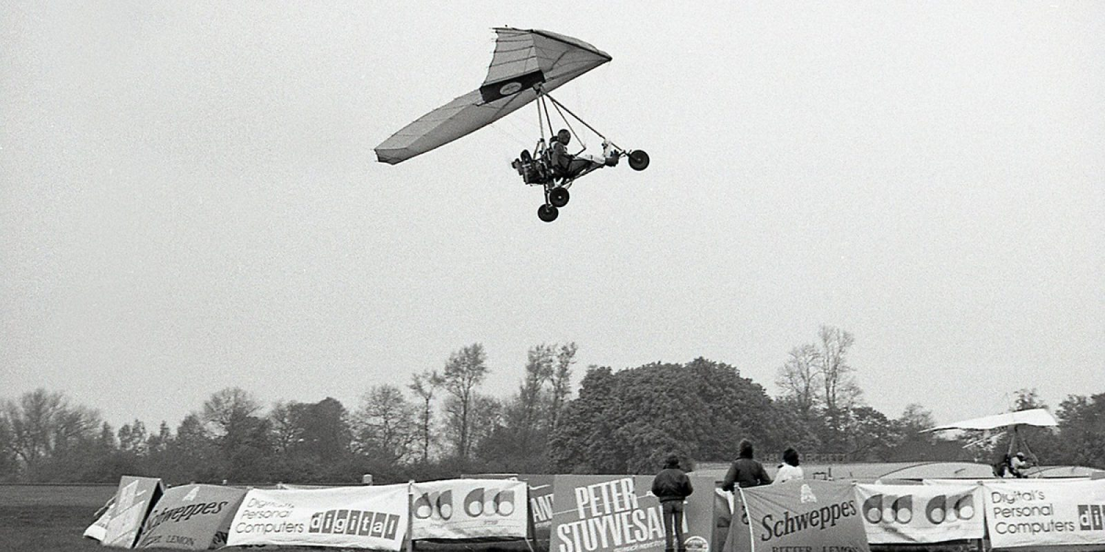 Première prestation lors d'une épreuve ULM des deux compères Alain Hanse et Michel Schoenaers, qui découvrent sur leur premier DPM (une aile Microbel associée à un chariot biplace Azur B) les plaisirs du largage de sac de sable dans la cible à l'aéroport de Charleroi-Gosselies le 13 mai 1984. (Photo Guy Viselé)