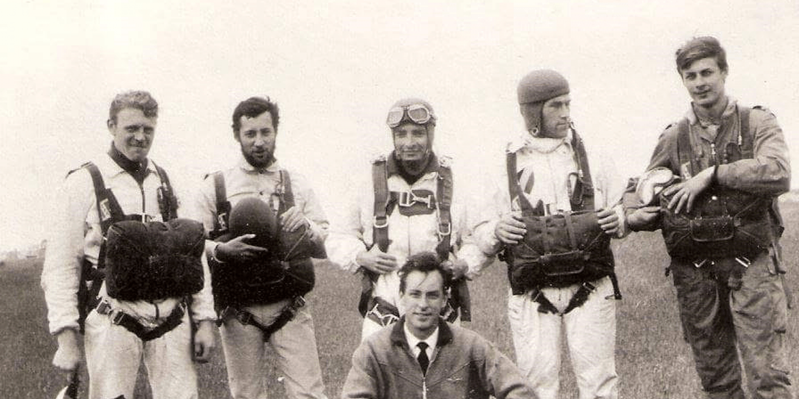 Jan Van Risseghem als piloot van parachutisten in Moorsele. (Archief Guido Bouckaert)
