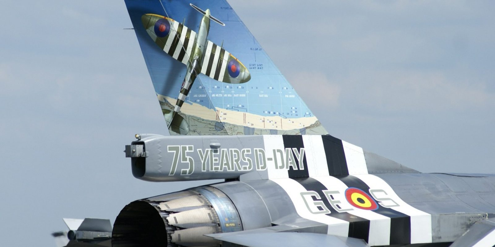 Gros plan sur la dérive du FA-124 portant les lettres code d'escadrille RAF GE et la lettre individuelle S.