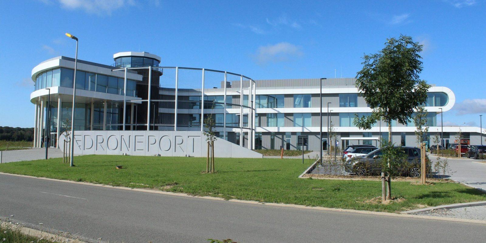 Le superbe bâtiment Droneport a été inauguré en décembre 2018. On voit la « cage » qui jouxte la partie principale de l'immeuble et permet des démonstrations et essais de drones en toute sécurité. (Photo Guy Viselé)