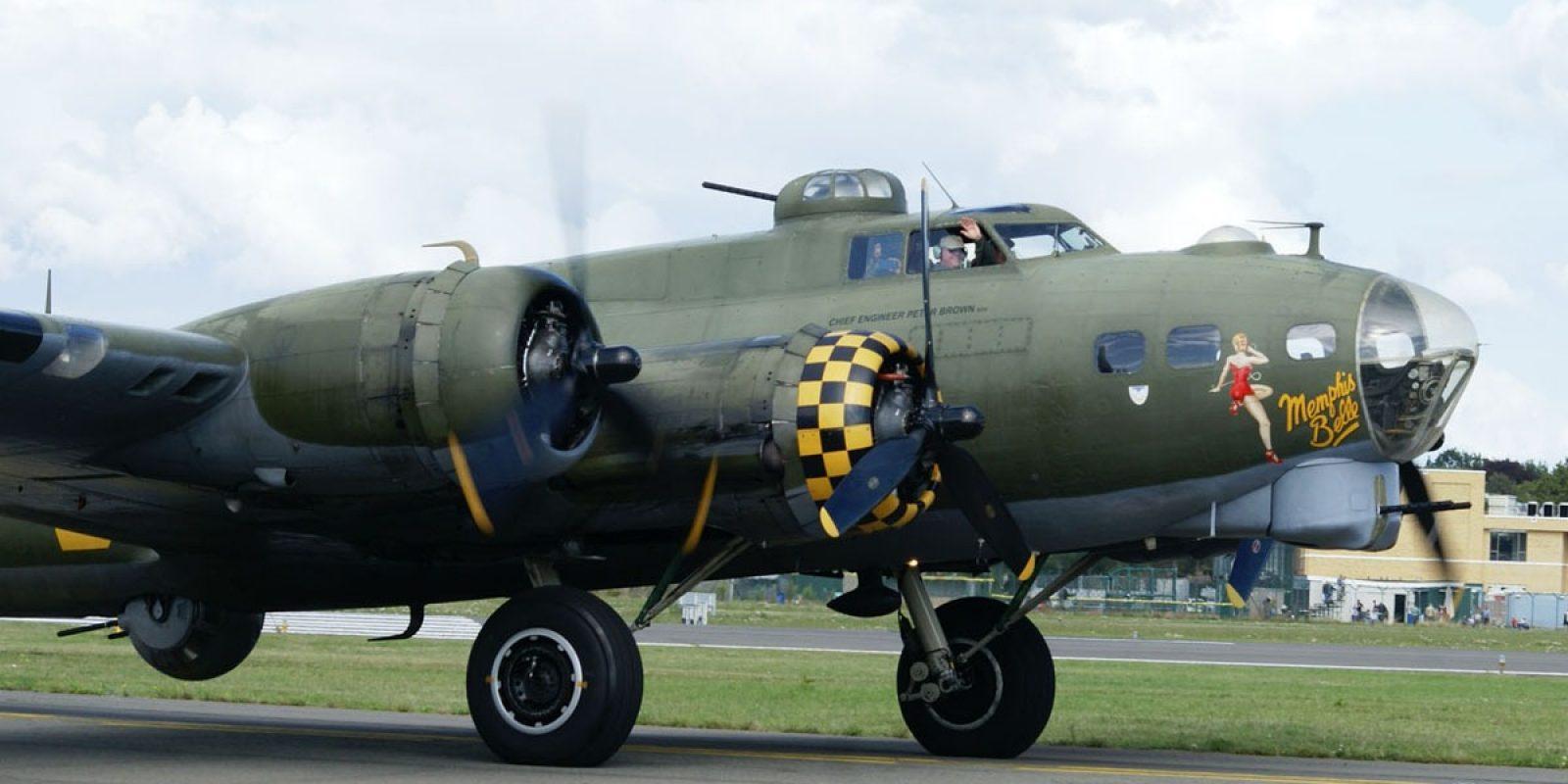 Le côté droit du bombardier est décoré de la pin-up Memphis Belle, comme sur la première forteresse volante qui effectua un tour d'opérations complet et repartit telle quelle en tournée de propagande en Amérique en 1943.