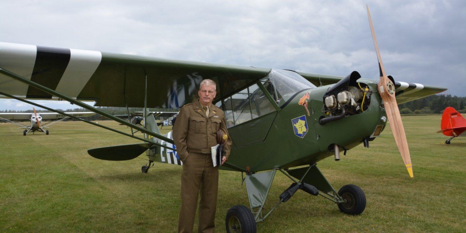 Initiatiefnemer Philippe Mordant in zijn militair plunje uit 1944. Hij draagt de Amerikaanse pilotenvleugels maar op de kraag de tekens van de artillerie, de toestellen stonden immers onder het bevel van de artillerie.