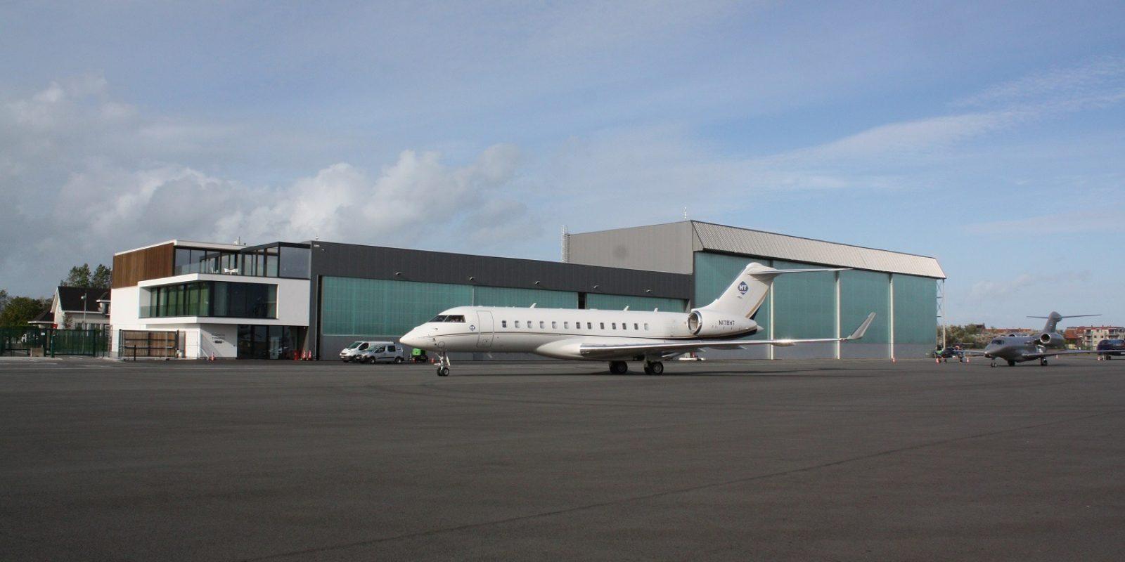 Arrivée au terminal de NSAC d'un biréacteur long-courrier Bombardier Global 6000 représentatif du haut de gamme de l'aviation d'affaires.