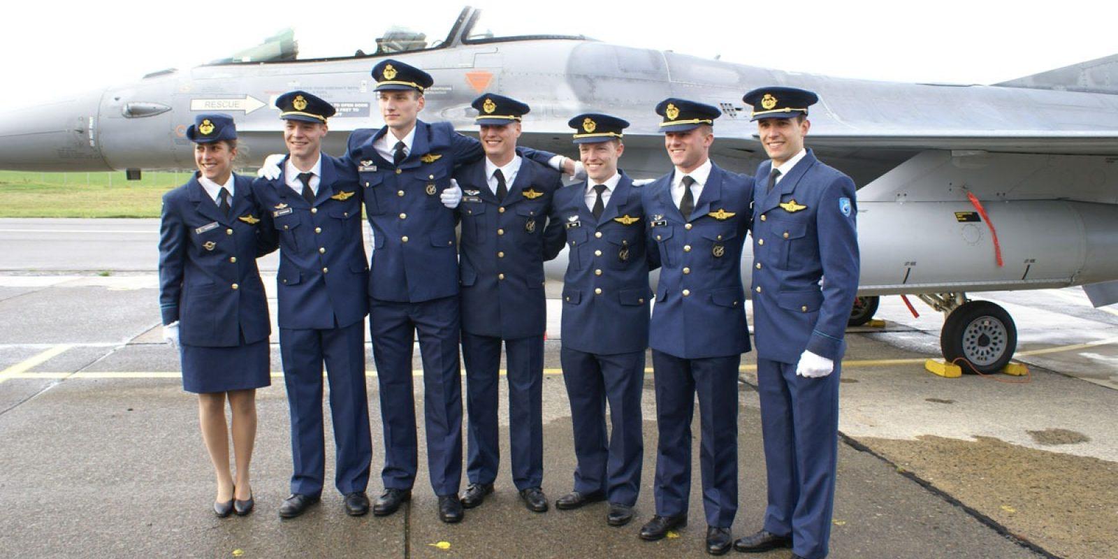 Les sept nouveaux pilotes belges montrant fièrement leurs ailes toutes neuves qui les font entrer dans le club très fermé des aviateurs.