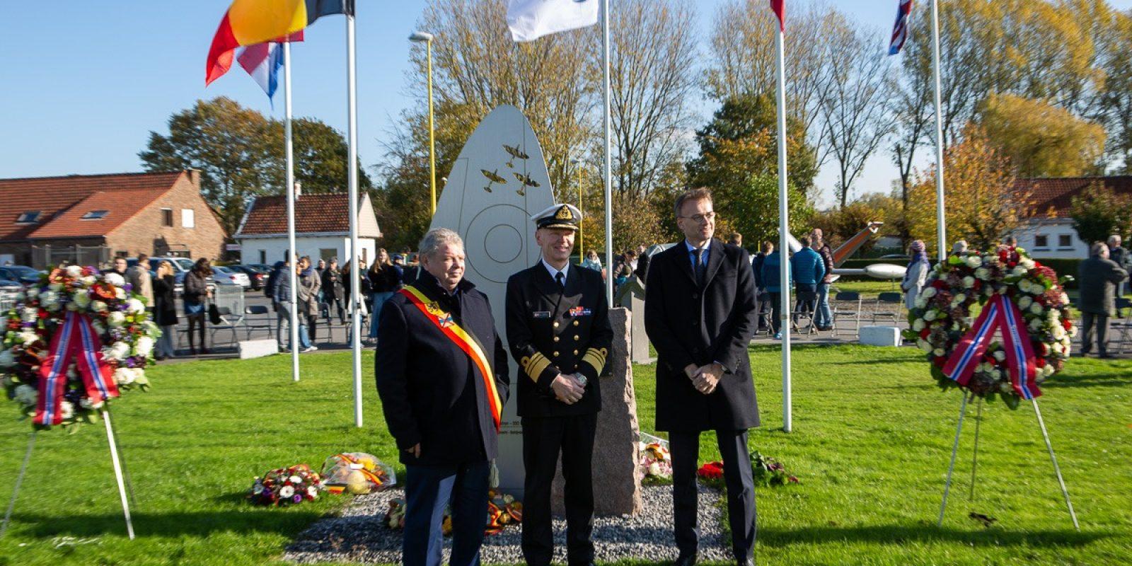 Burgemeester Chris Selleslagh, ambassadeur Per Strand Sjaastad en vice-admiraal Ketil Olsen bij het monument.