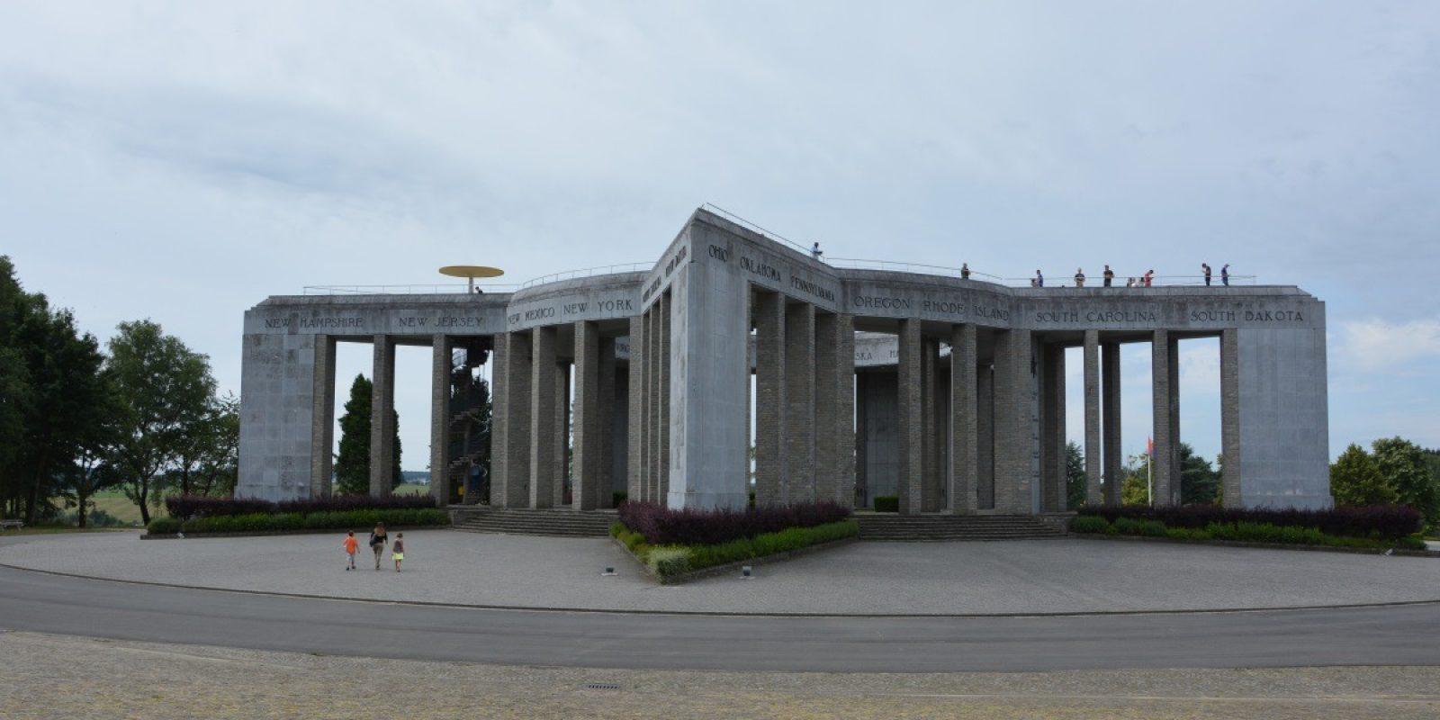 Het Memoriaal van Mardasson, ontworpen door de Belgische modernistische architect Georges Dedoyard (°22 december 1897, †20 januari 1988).