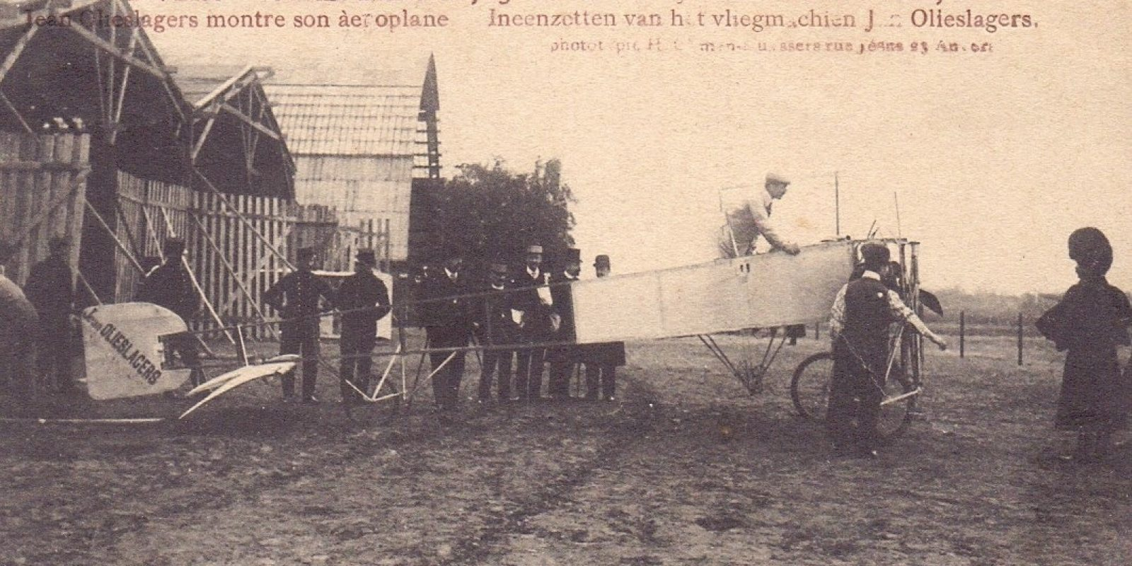 Montage van het vliegtuig van Jan Olieslagers voor de in 1909 georganiseerde Antwerpse vliegweek.
