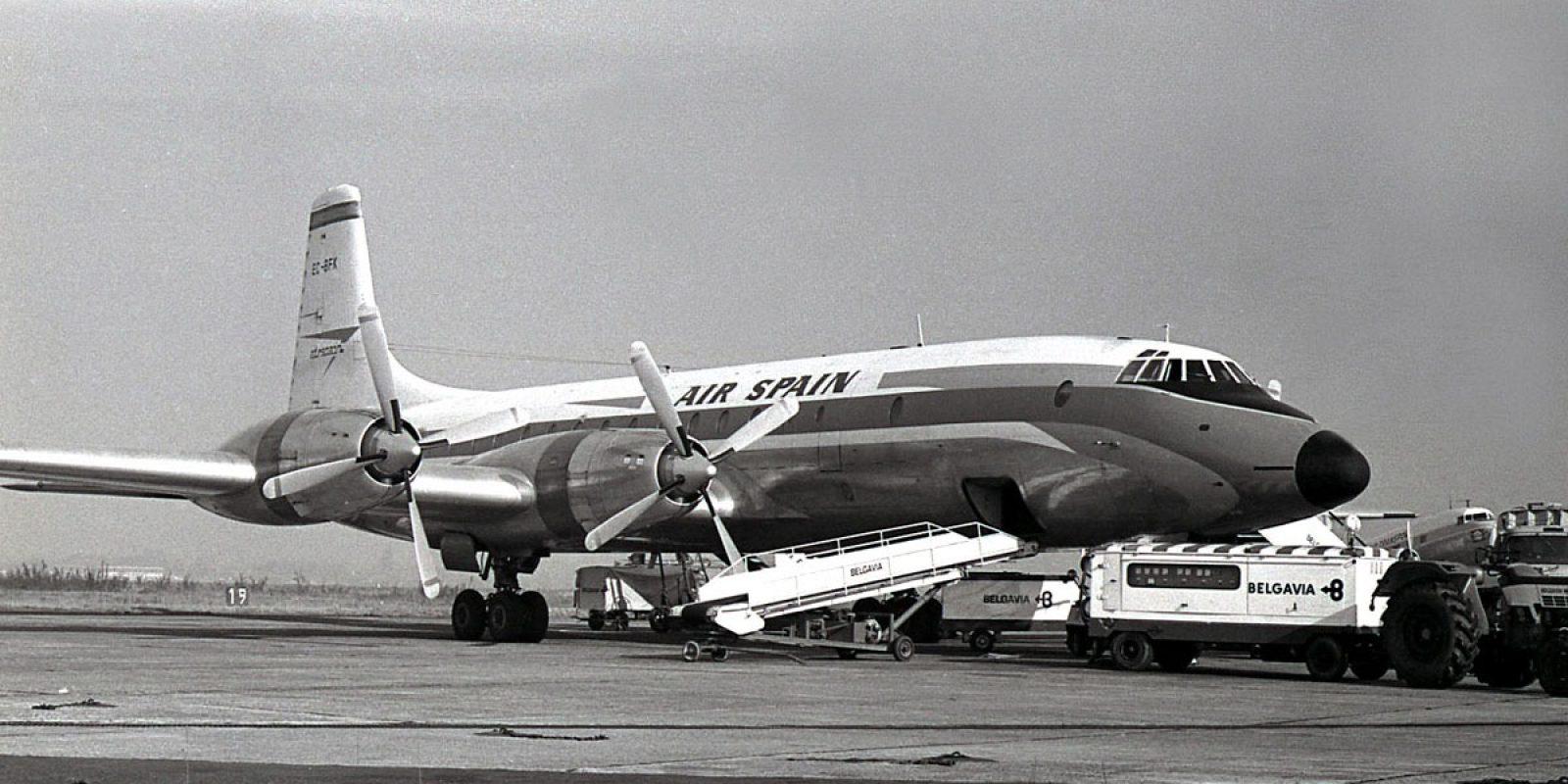 Le Bristol 175 Britannia d'Air Spain en cours de transbordement des bagages des passagers en 1969 à Zaventem; immatriculé EC-BFK en Espagne, ce fut l'avion du trajet aller à destination de Malaga en septembre 1969. (Photo Guy Viselé)