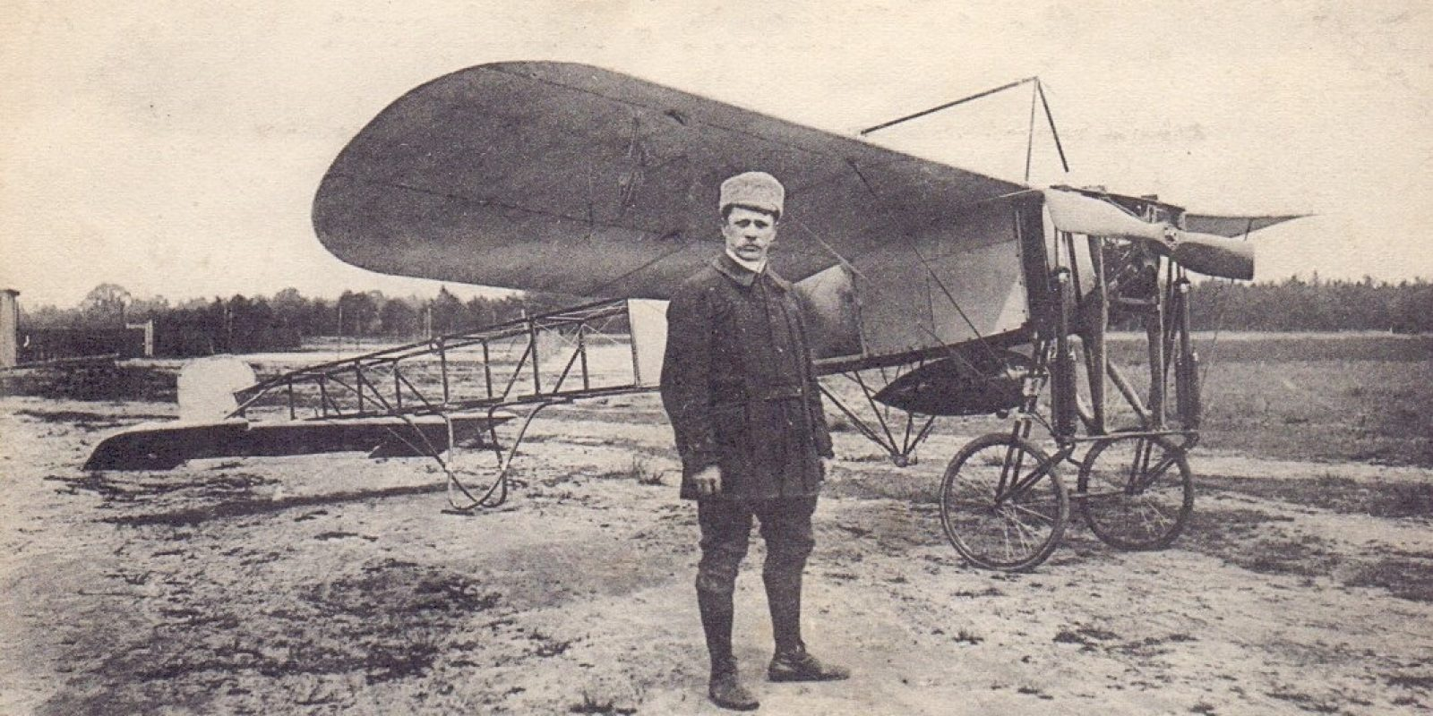 Foto genomen omstreeks 1911 in de streek van St-Job in 't Goor/Brasschaat. Deze postkaarten werden vooraf gemaakt om verkocht te worden op de vliegdemonstraties. (Archief Frans Van Humbeek)