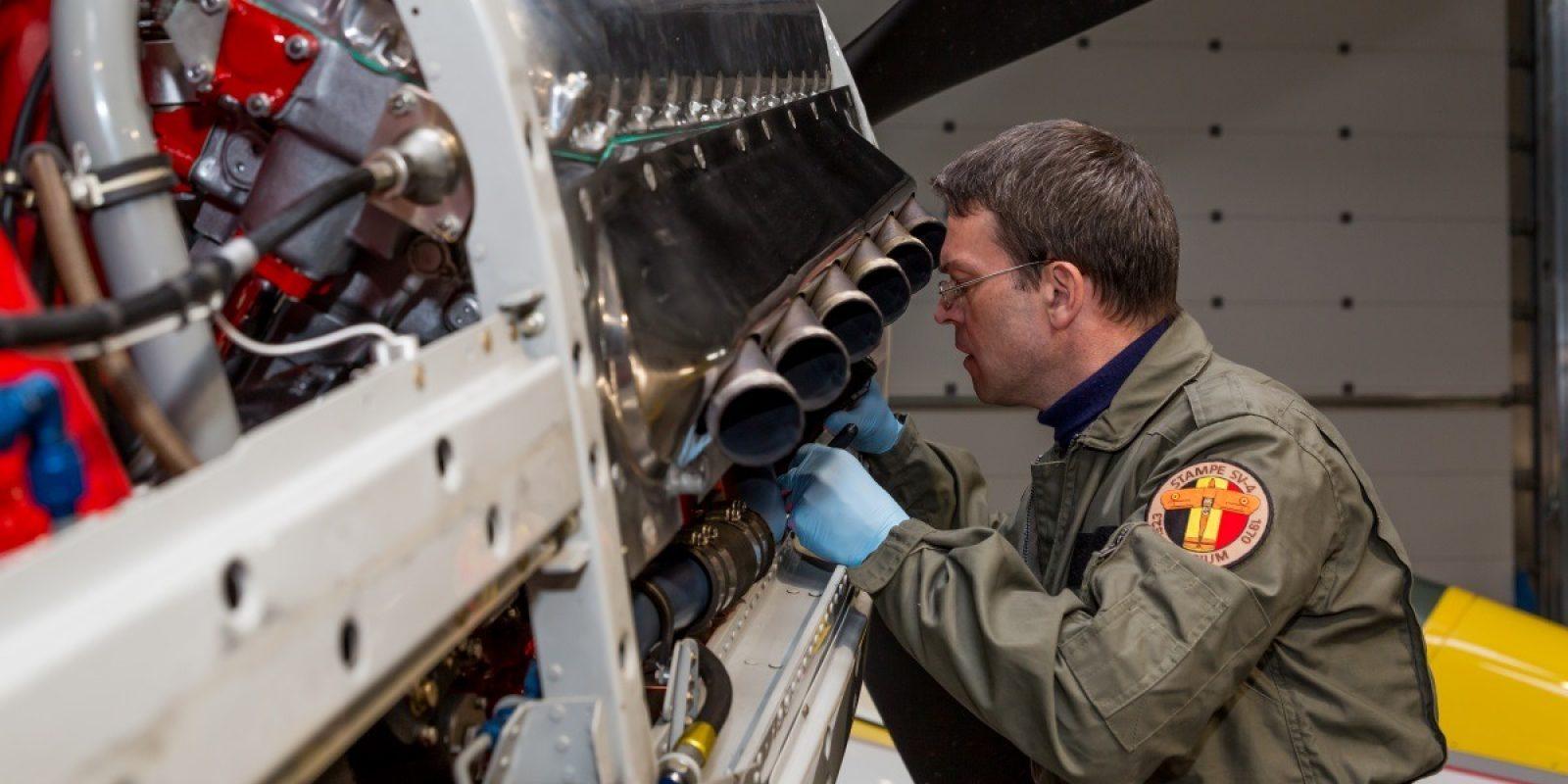 Technisch controleur van het DGLV tijdens de inspectie voor de vernieuwing van het bewijs van luchtwaardigheid van een Mustang. (Foto Directoraat-generaal Luchtvaart)
