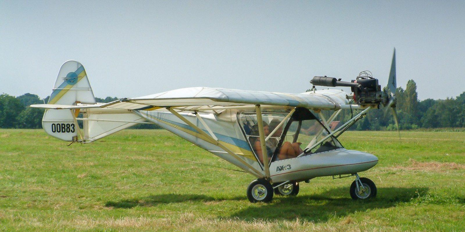 'Traditionele' ULMs en DPMs verdwijnen meer en meer van onze velden. Vliegen met zo'n 'luchtscooter' is nochtans 'dé max' maar piloten verkiezen snelheid en comfort. Weedhopper AX3 gefotografeerd in Schaffen tijdens de Fly In op 17 augustus 2002. (Foto Tom Brinkman)