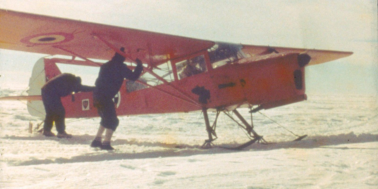 En plein Antarctique lors de la 1ère Année géophysique internationale 1957-1958, l'Auster A-2 effectue un test moteur retenu par des aides car, monté sur skis, cet appareil n'a pas de freins. Cette image est extraite d'un film 16 mm, ce qui explique son léger flou. (Gaston de Gerlache de Goméri via Jean-Claude Heurter)