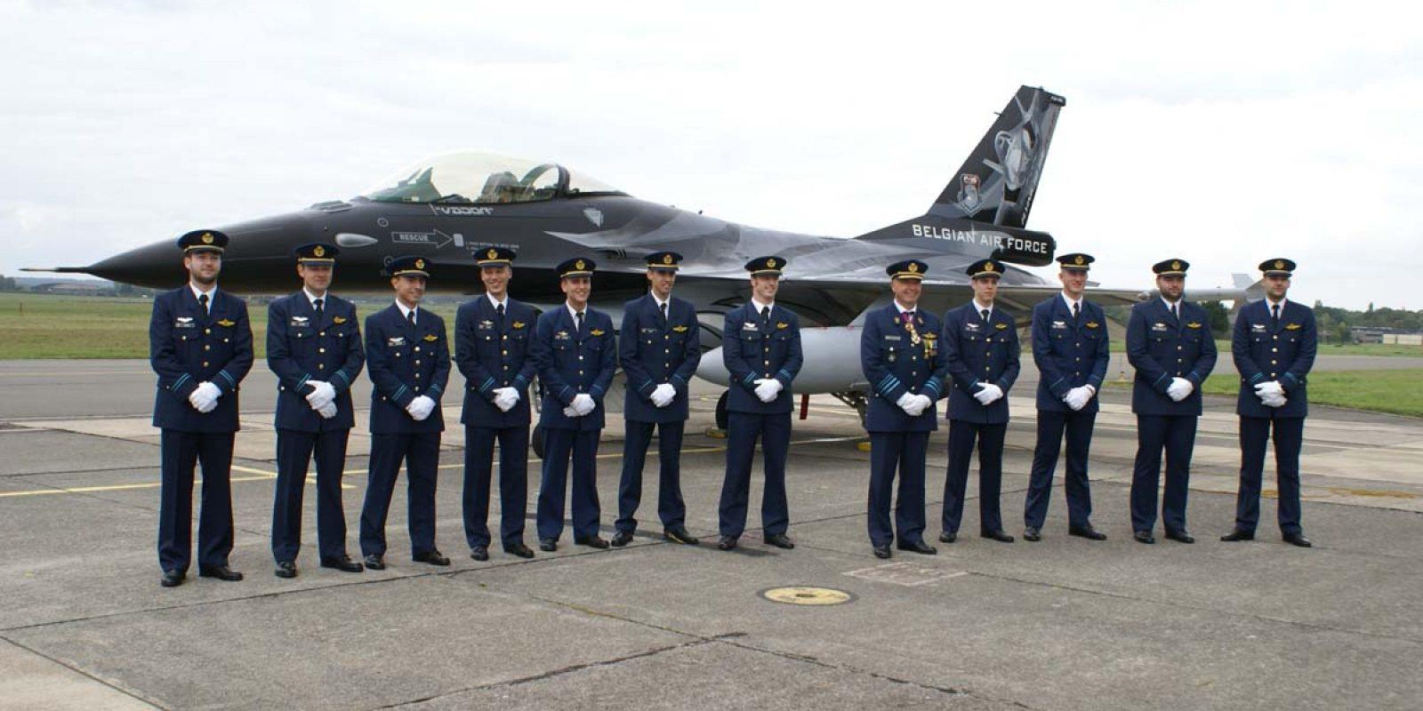 Les nouveaux pilotes posent pour la photo traditionnelle en présence du Général-major Aviateur Thierry Dupont, Commandant de la Composante Air.