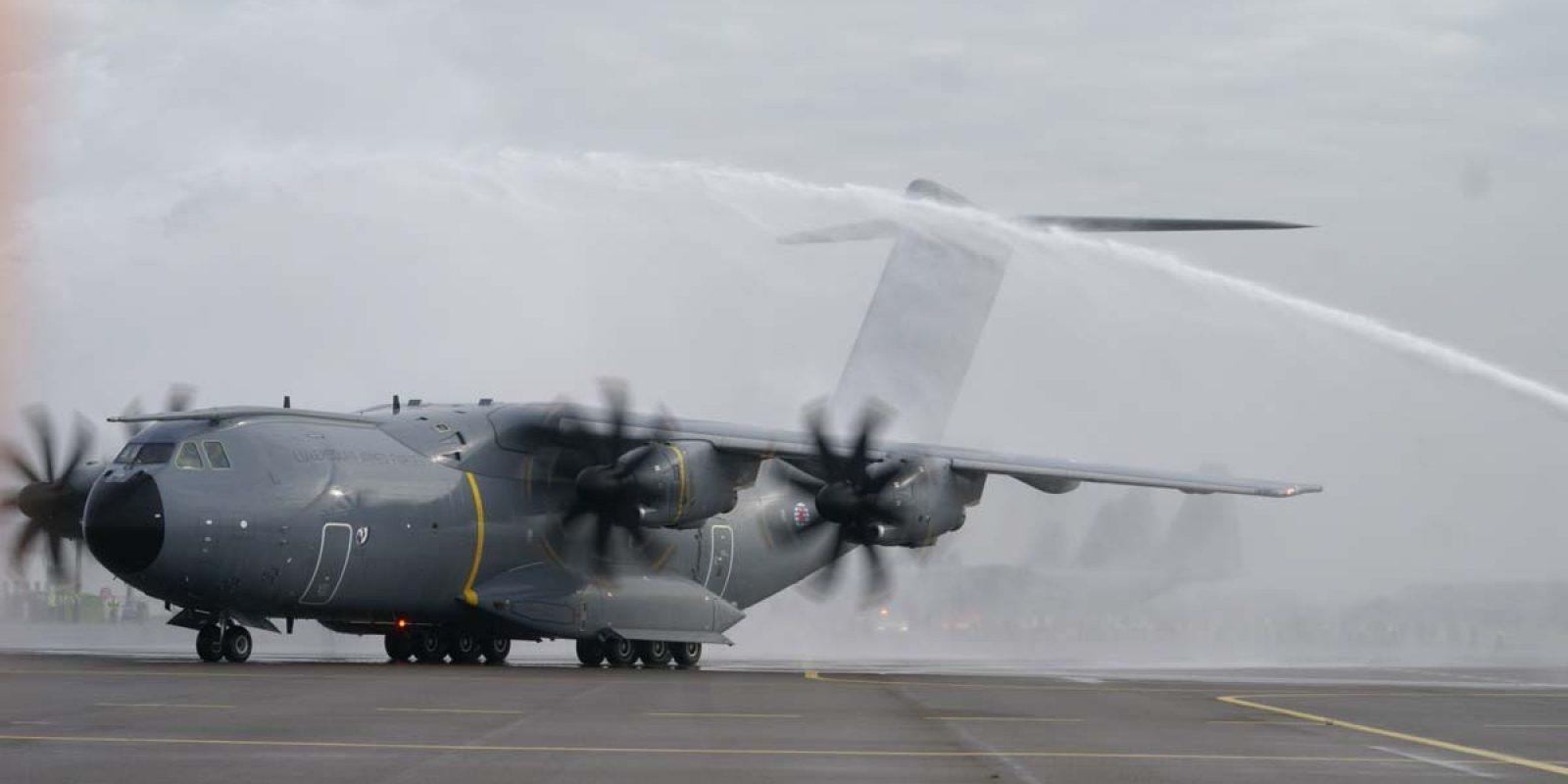 Un copieux arrosage en guise d'hommage et de bienvenue du pompier de Zaventem au nouvel avion.