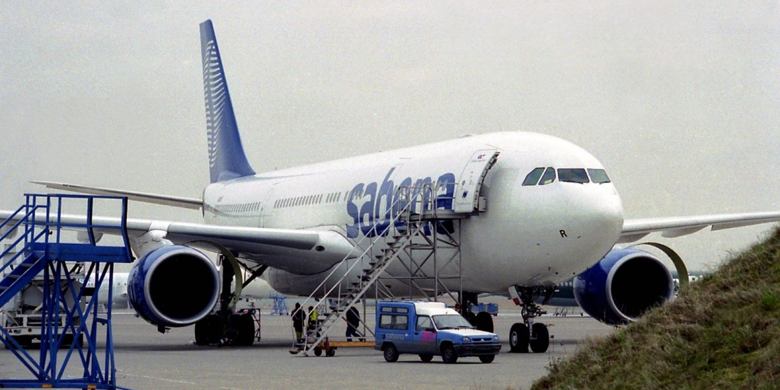 De Sabena A330-223 OO-SFR op 17 april 2000 gefotografeerd nabij onderhoudsloods 41 op Brussels Airport. (Foto Guy Viselé)