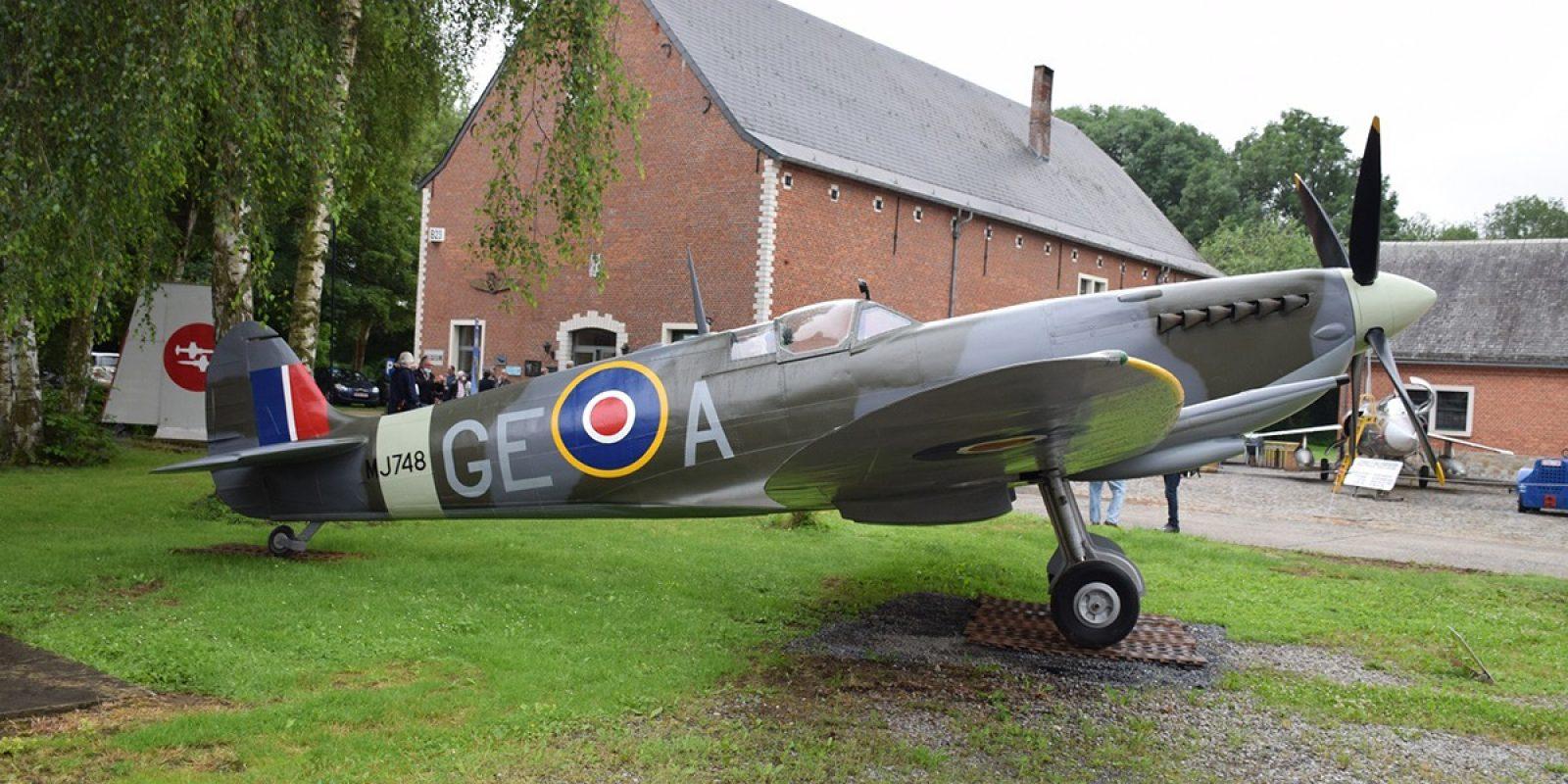 Le côté droit de la réplique du Spitfire Mk.9 porte le serial MJ748. Il évoque le souvenir du Flying Officer belge Marcel Sans de la 349 Sq, abattu et tué par la Flak allemande sur le « vrai » MJ748 le 7 juin 1944 (lendemain du débarquement en Normandie) dans la région de Caen. (Photo Robert Verhegghen)