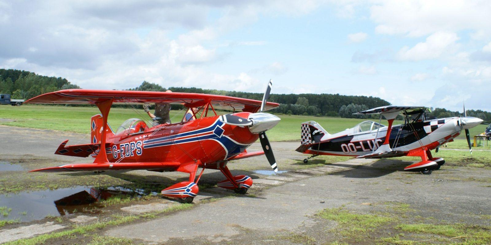 La patrouille acrobatique des Pitts Boys d'Overboelaere a fait, comme à l'accoutumée, un véritable spectacle aérien, acrobaties et vol et en formation, dimanche sur le coup de midi, malgré le vent très violent.