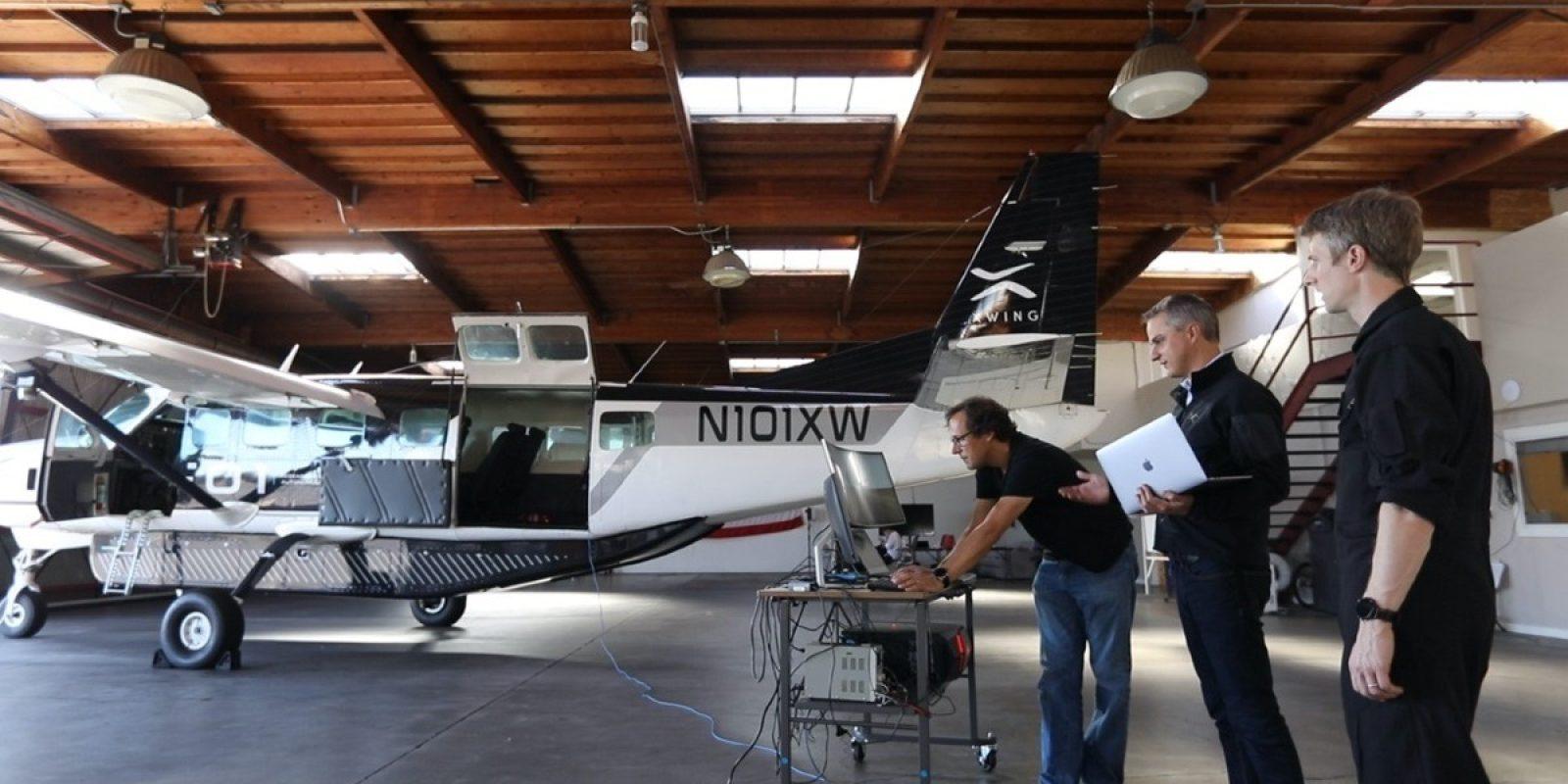 Marc en leden van het team bij tests in de hangar met de Caravan.