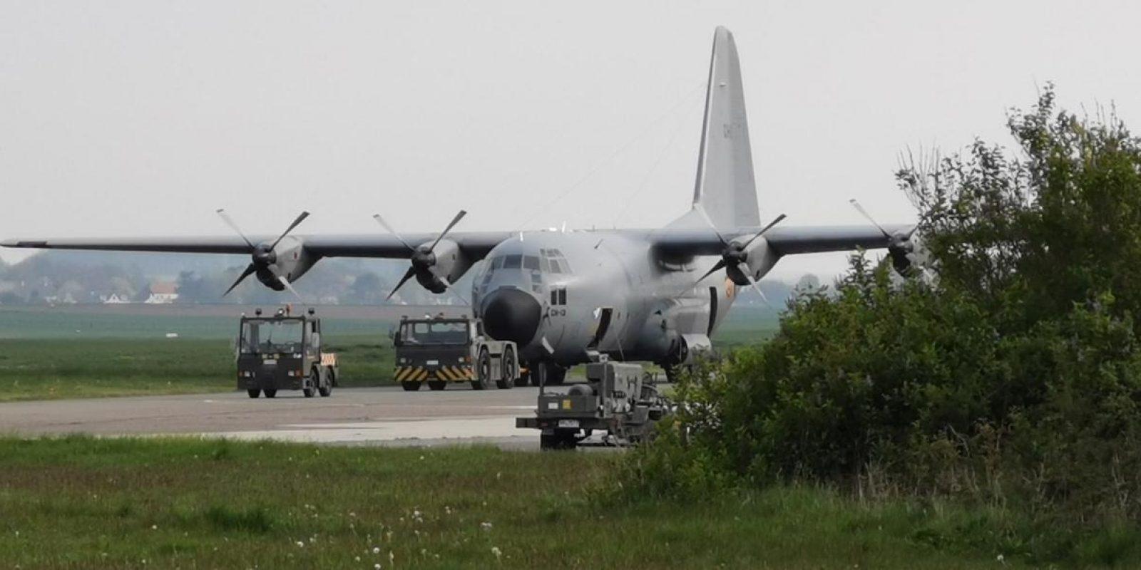 Le vendredi 30 avril, le CH-13 est tracté vers son emplacement d'exposition au 1WHC. (Photo Louis Bladt)