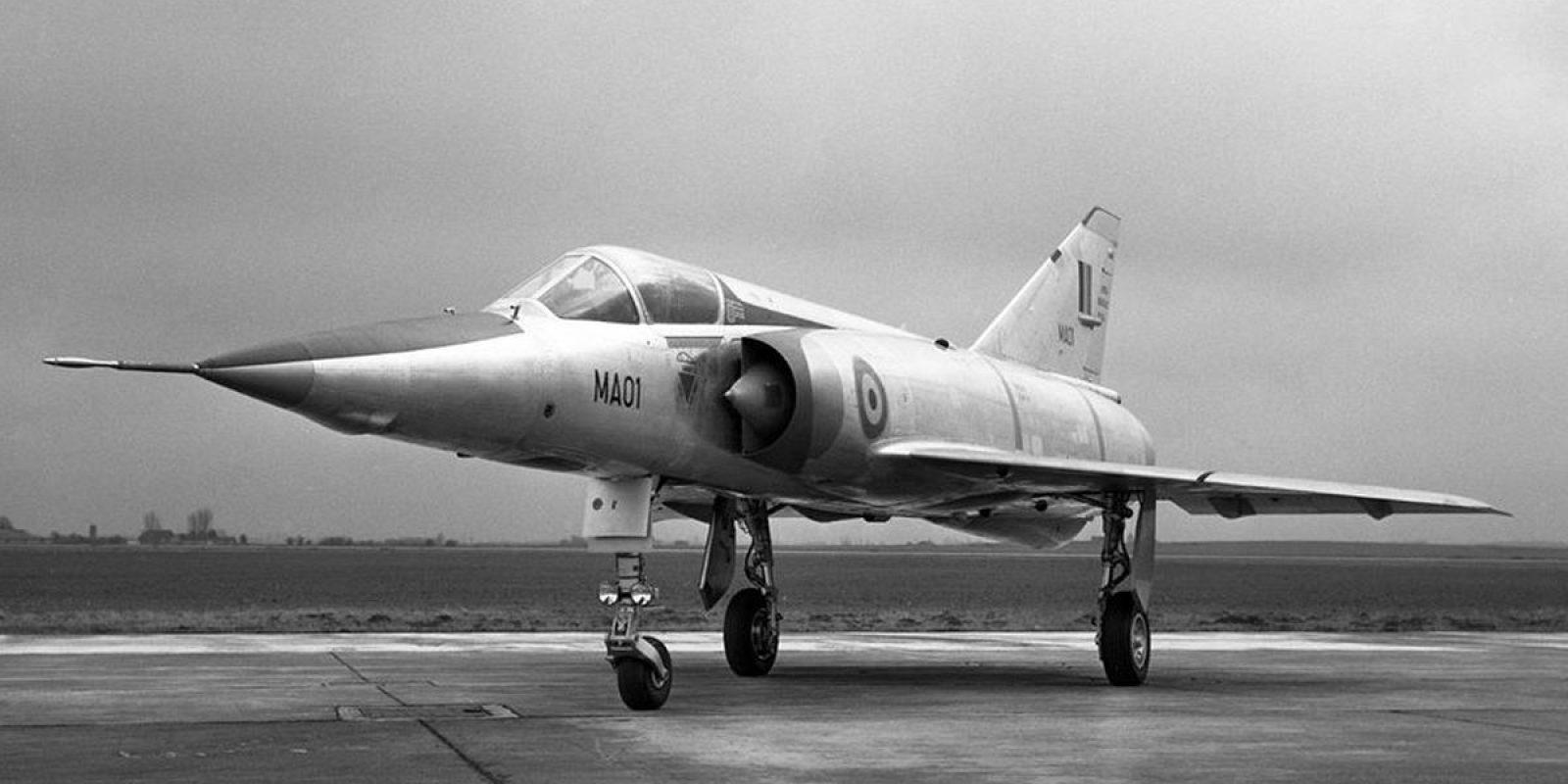 Les « têtes de série » effectuent leurs premiers vols en France avec les immatriculation MA 01, BD 01 et BR 01. Dès leur arrivée en Belgique, le M est modifié en B pour Belgique. Ce seront les seuls Mirage belges à être parés des décorations rouges aux entrées d'air et arrière du cockpit. (Dassault)