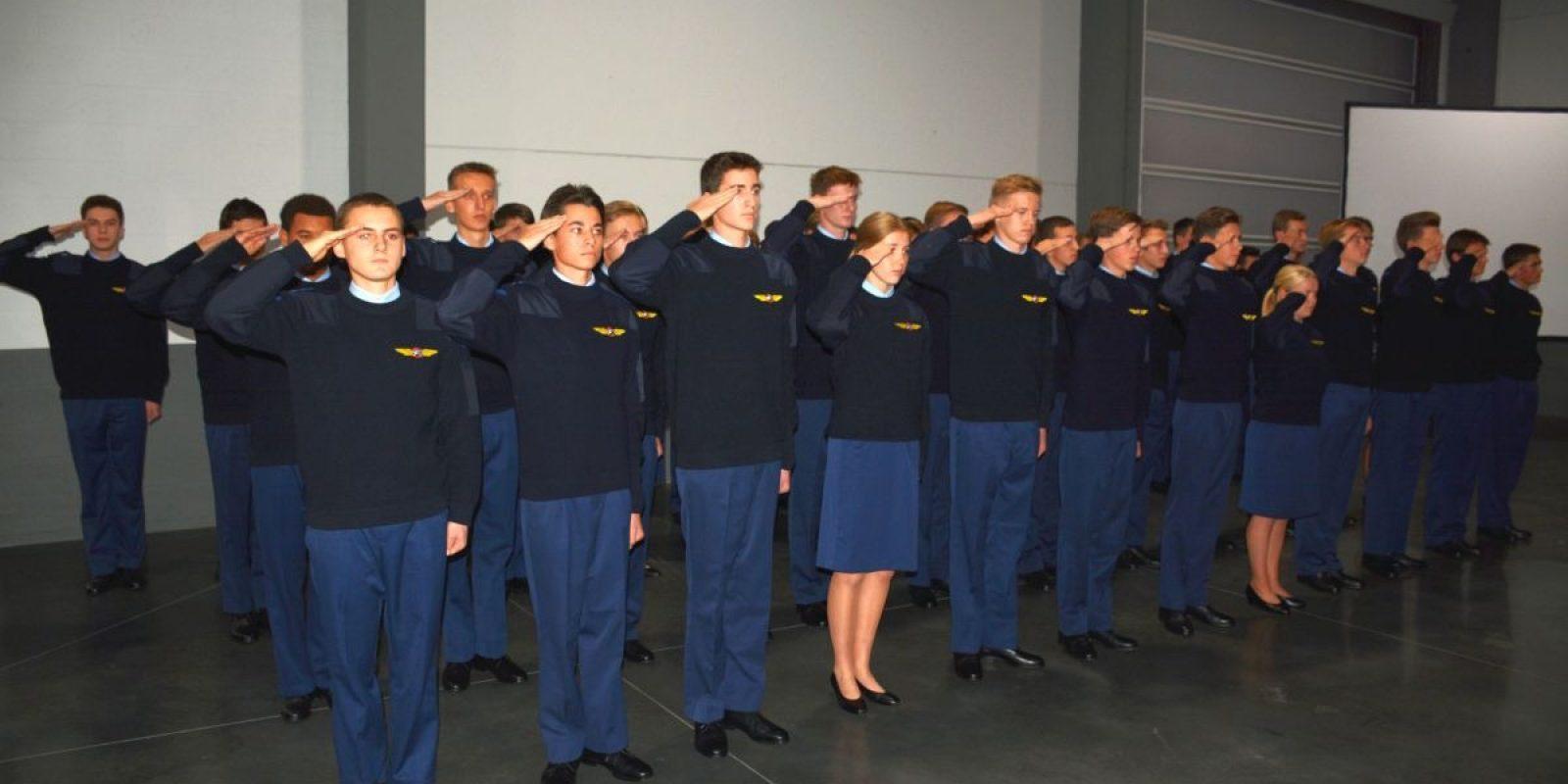Les 49 cadets de la session 2019 saluent avec fierté au terme de la cérémonie.