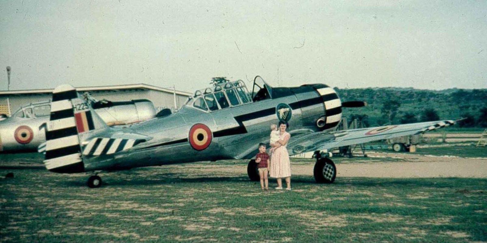 Le superbe H-223 de J-D Wathieu n'était pas peint en argenté mais laissé en métal naturel poli. Il est vu en visite à Kikwit en 1958. (Collection Guido Bouckaert)