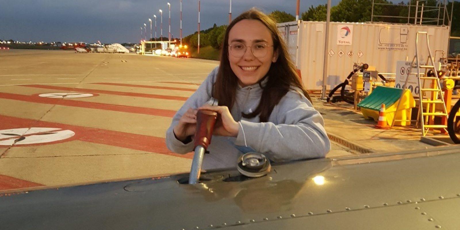 Hier is Zara nog de Piper van de familie aan het tanken, binnenkort is het de beurt aan haar eigen Shark ULM. (Foto Beatrice De Smet)