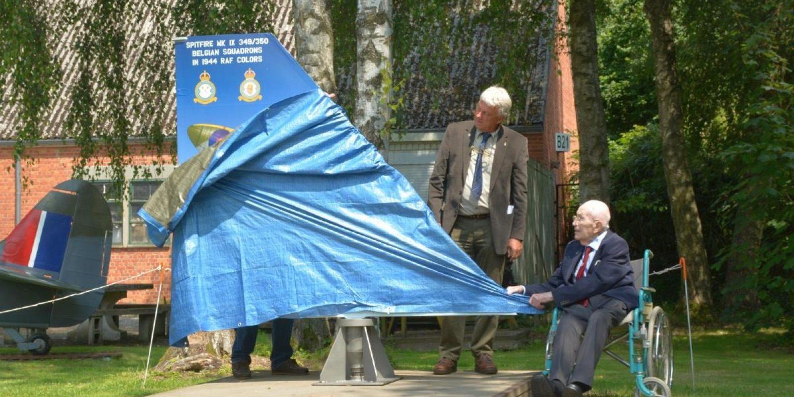 Les deux initiateurs du projet « Spitfire » dévoilent la stèle commémorative (R.Verhegghen)
