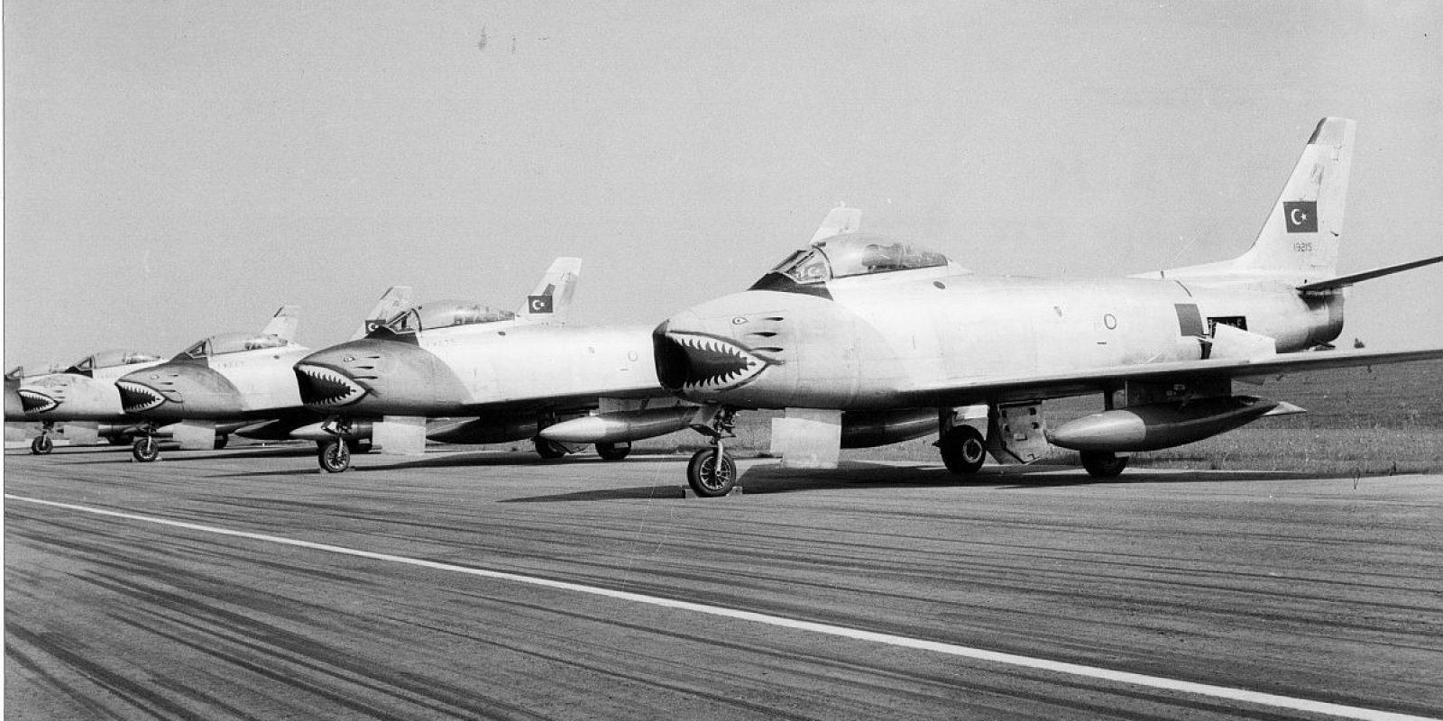 Les F-86 E Sabre du team turc lors du IXème PAIM 1958 sur la para-piste de Bierset. Le premier est le 19215, suivi du 19223 et du 19275. (SID)