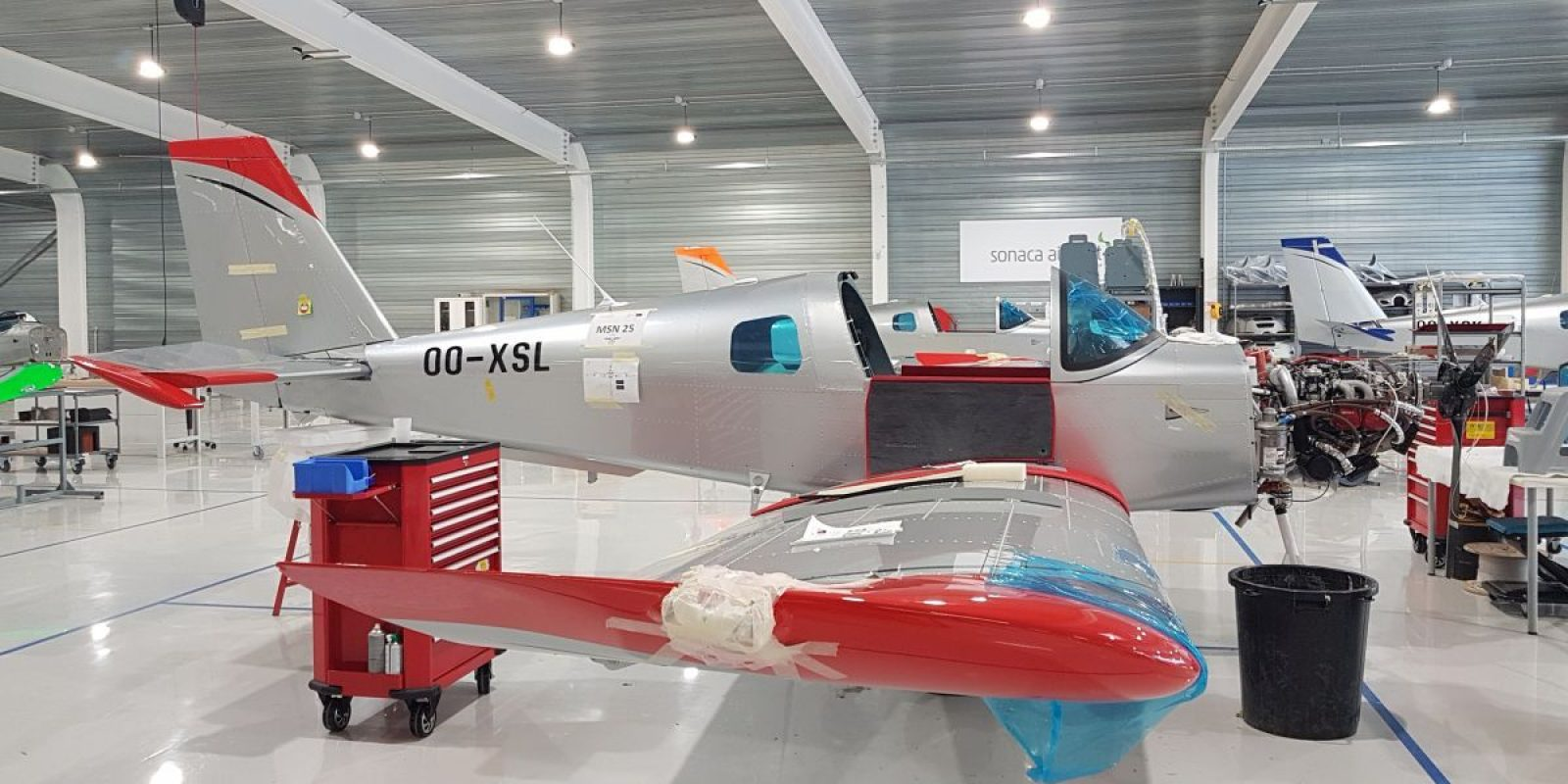Tous les avions en cours de montage à fin août dans le hall sont destinés à l'école d'aviation turque Ayjet (s/n 25, OO- XSL, TC-UUL).