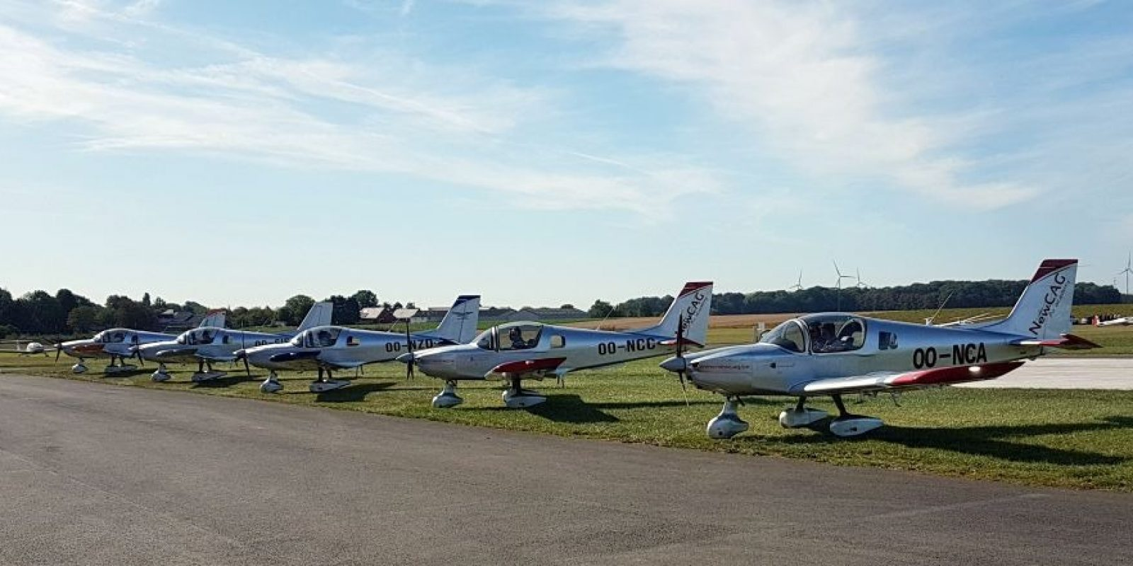 Sous le « lead » de Gérard Caubergs , 5 Sonaca 200 ont été réunis pour un vol de démonstration en formation à l'occasion de l'inauguration du hall d'assemblage. (Photo : Bob Verhegghen)