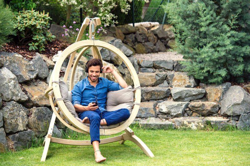 Amazonas hängstol Globo Chair taupe - trähammock med tjocka dynor