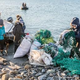 Collecting plastic debris, Smeerenburg