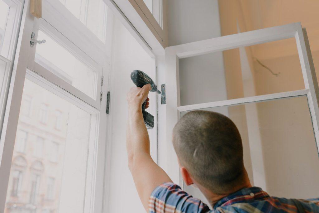 Hantverkare arbetar med fönster