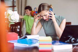 Gestresste Working Mom mit Kind: wenn die Nerven blank liegen.