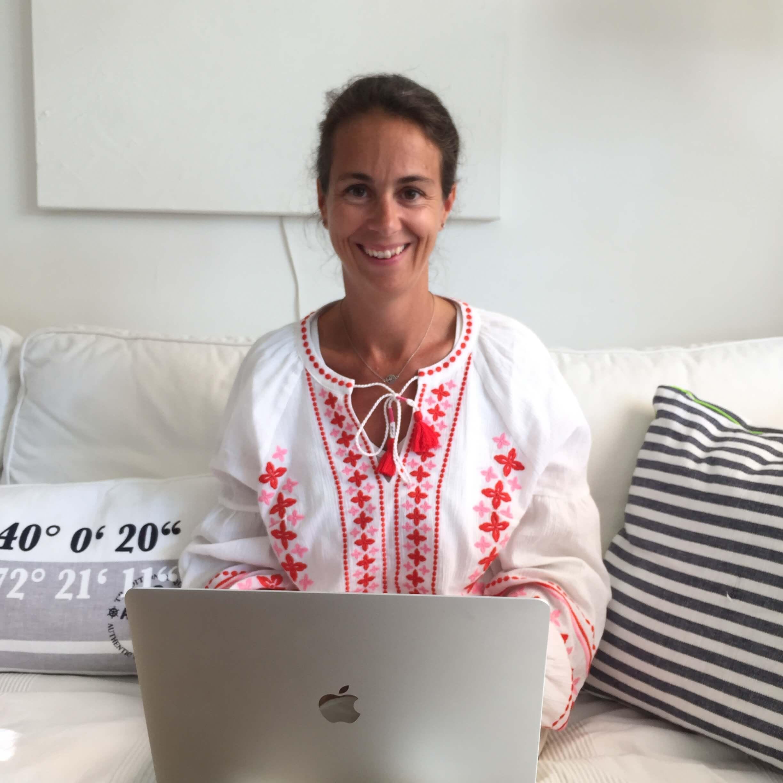 Giulia am Laptop