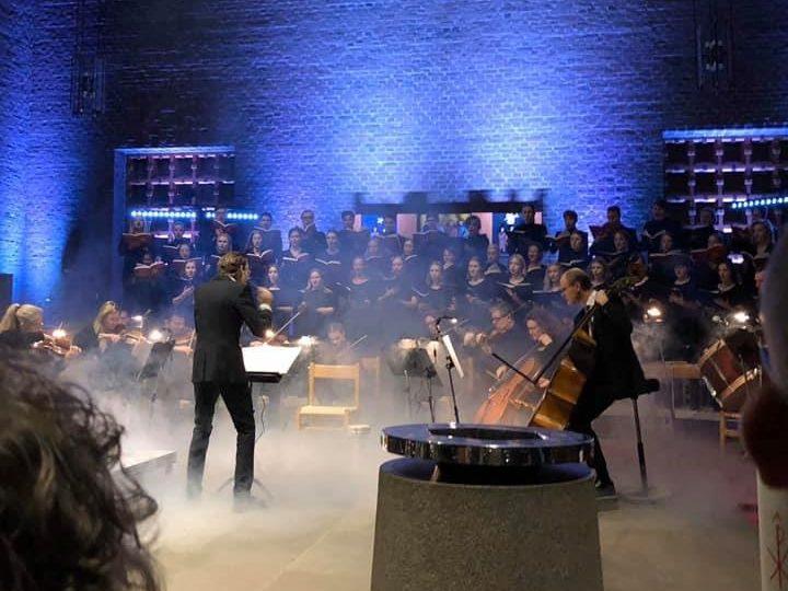 Härlanda Voces och Härlanda Flickkör framför karl Jenkins Requiem