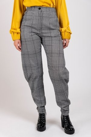 Model wearing houndstooth curved women's trousers | Haruco-vert