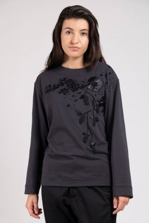 Model wearing hand embroidered flower sweater anthracite | Haruco-vert