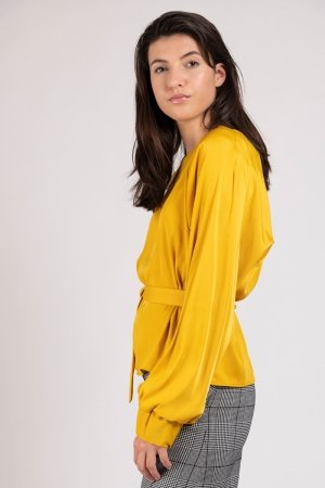 Model wearing yellow women's top with oversized sleeves | Haruco-vert